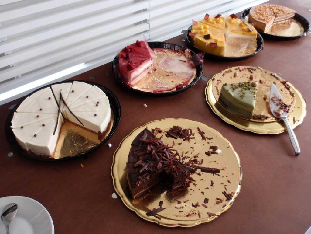 V ceně byla na oběd čína v krabičkách, na svačinu byly dortíky. Nejlepší byl jogurtový a mangový.