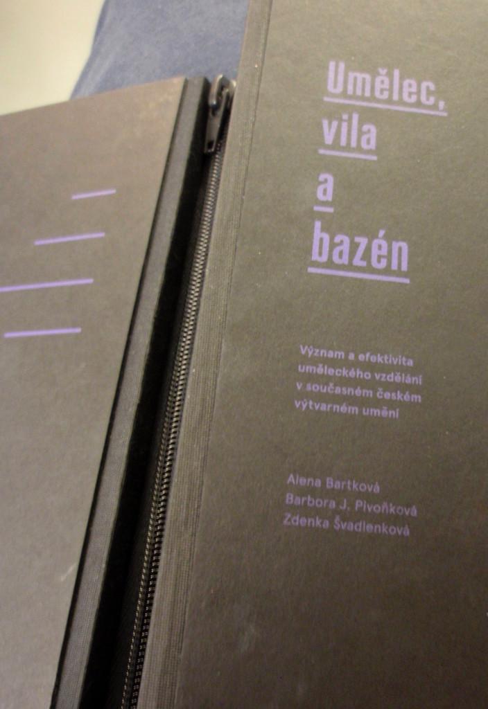 Kniha na zip. To se jen tak nevidí.