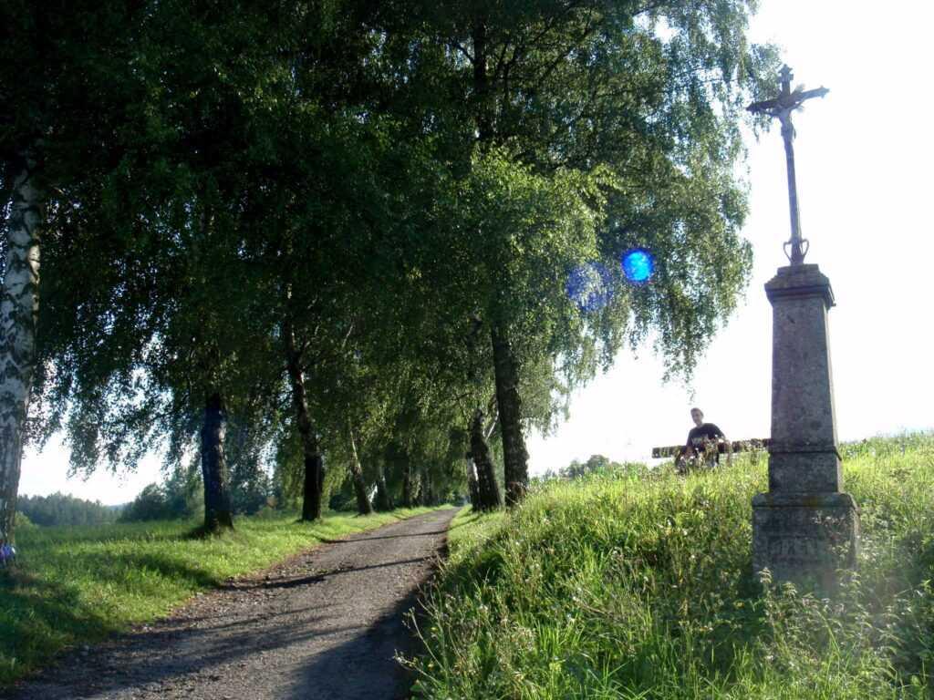 Cesta ke hřbitovnímu kostelu.