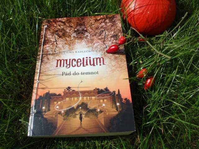 Třetí díl Mycelia polapí čtenáře hned na začátku.