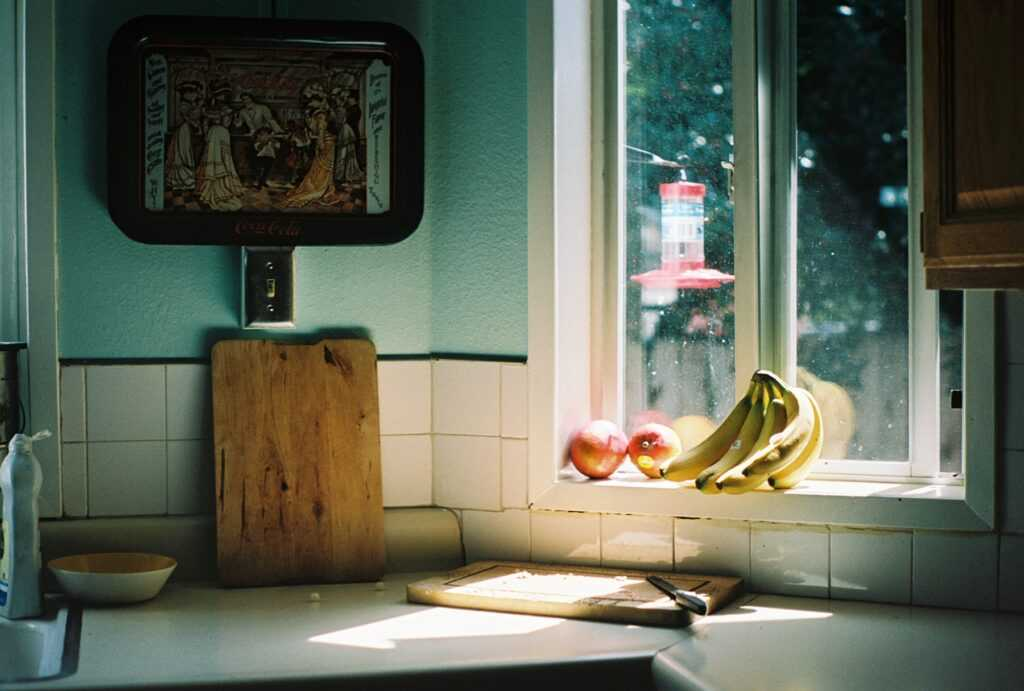 kuchyňská linka s banány