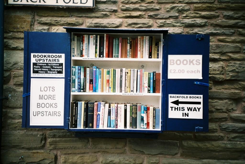 Okno plné knih.