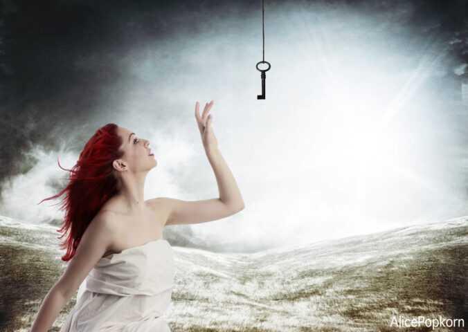 Dívka se natahuje po klíči.