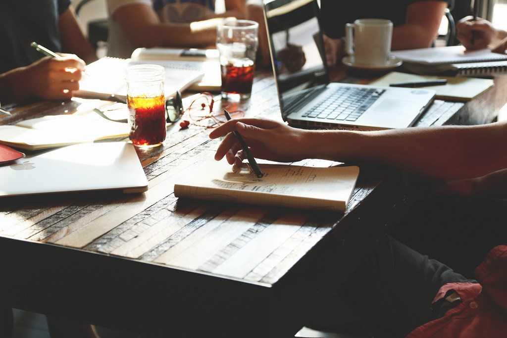 Kurz tvůrčího psaní v kavárně.