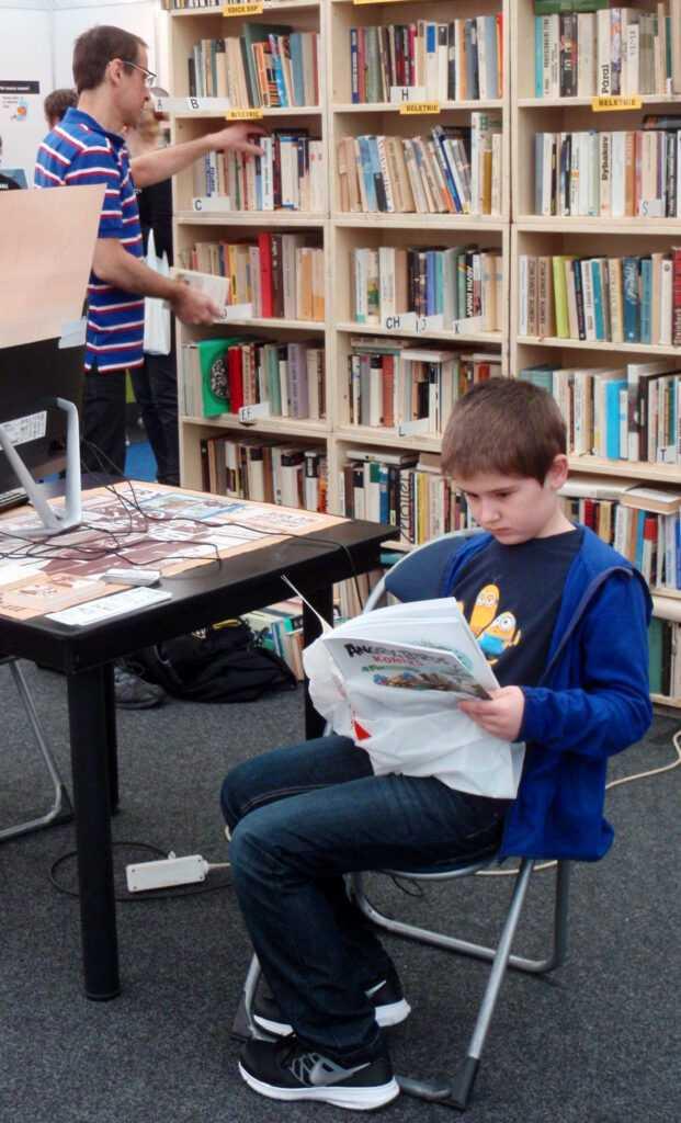chlapec si čte