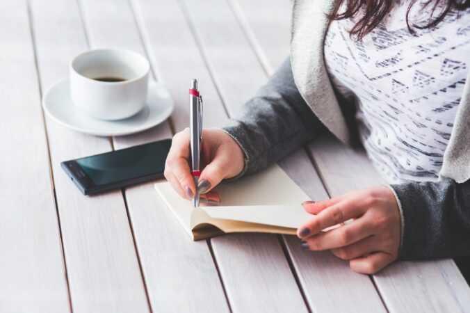 žena píše